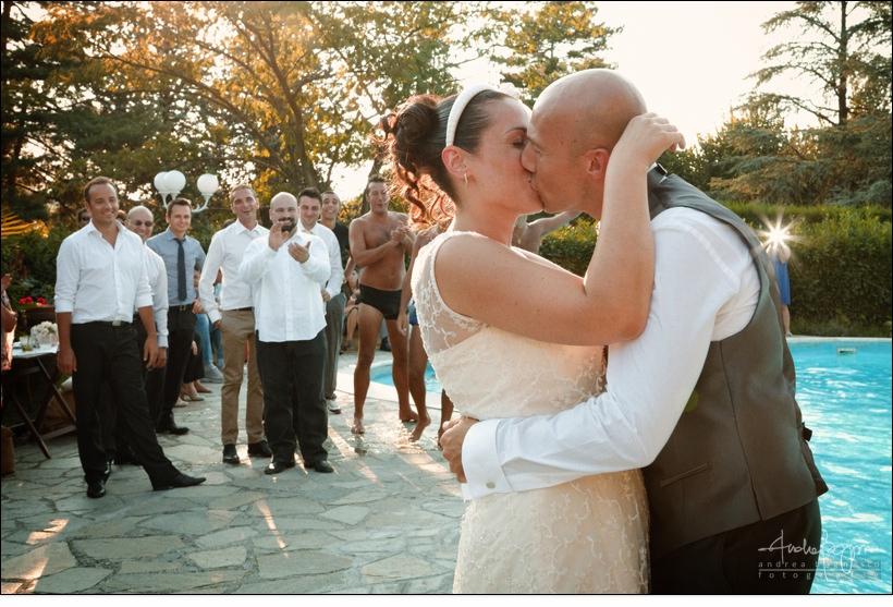 bacio sposi matrimonio villa sorgiva