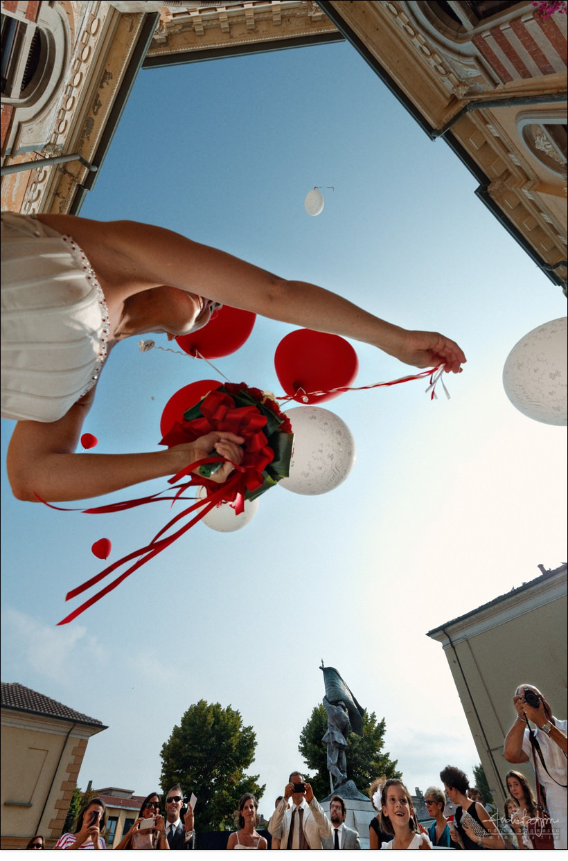 bride balloons wedding italy
