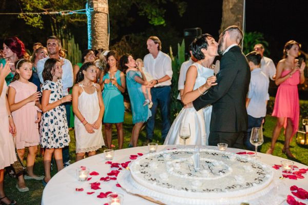 bacio sposi torta nuziale villa faraggiana
