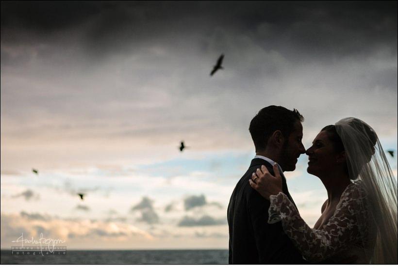 sposi matrimonio mare cielo pioggia
