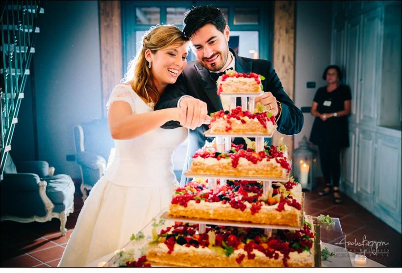 taglio torta elegante matrimonio berta monferrato