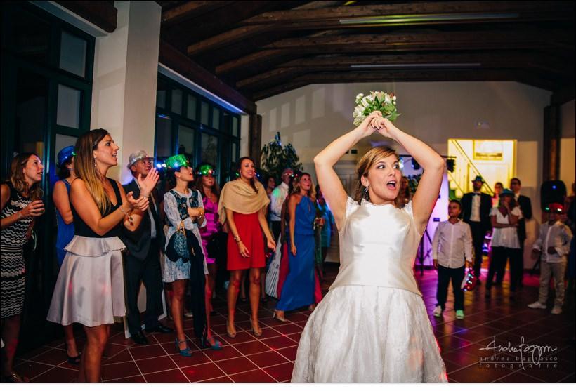 bouquet toss italy wedding