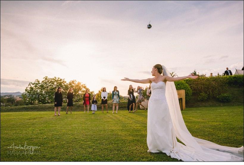 lancio bouquet matrimonio villa lagorio tramonto