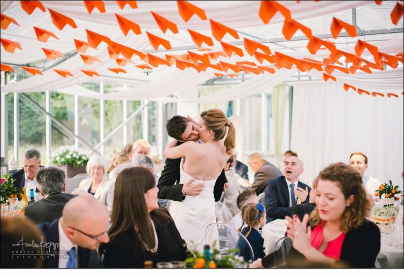 bacio sposi matrimonio orangerie villa lagorio