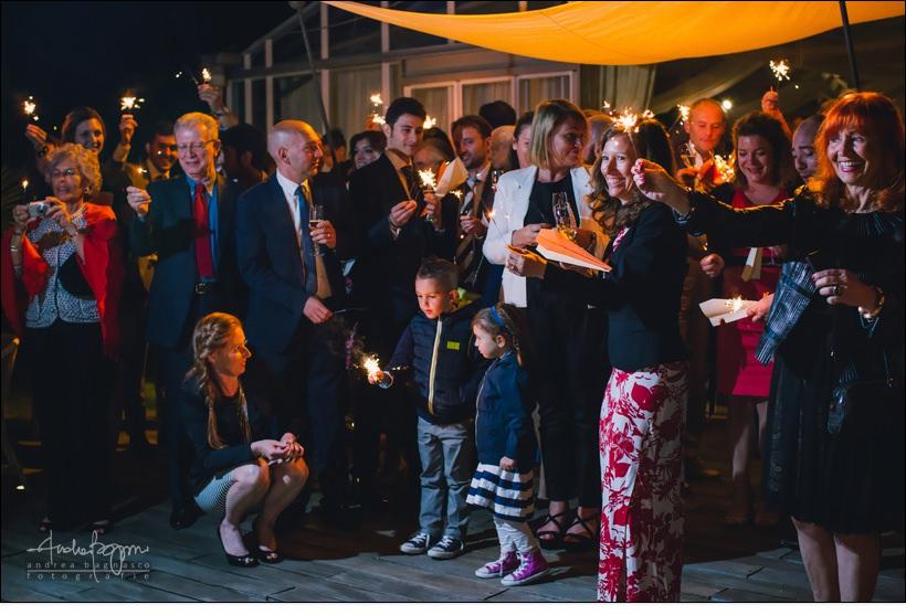 invitati scintille taglio torta matrimonio orangerie villa lagorio