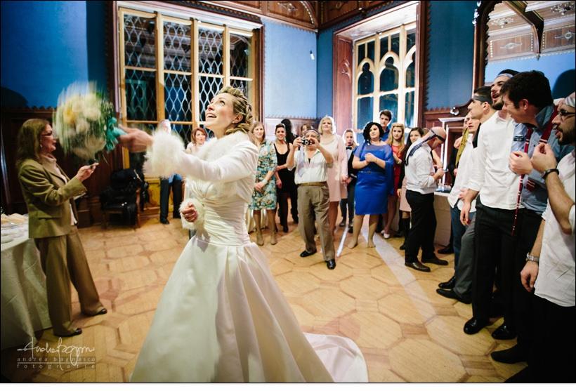 lancio bouquet matrimonio villa serra