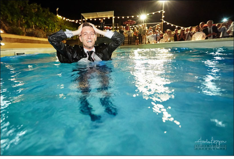 sposo in piscina matrimonio