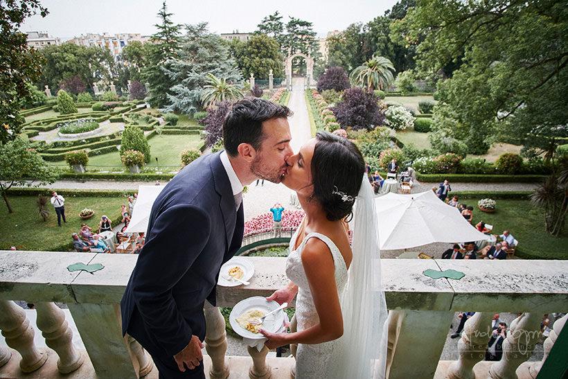 sposi balcone matrimonio villa faraggiana