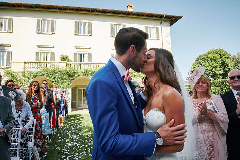 bride groom kiss villa la vedetta