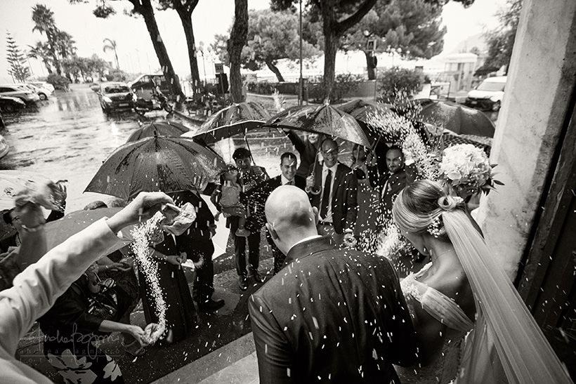 uscita sposi matrimonio con pioggia