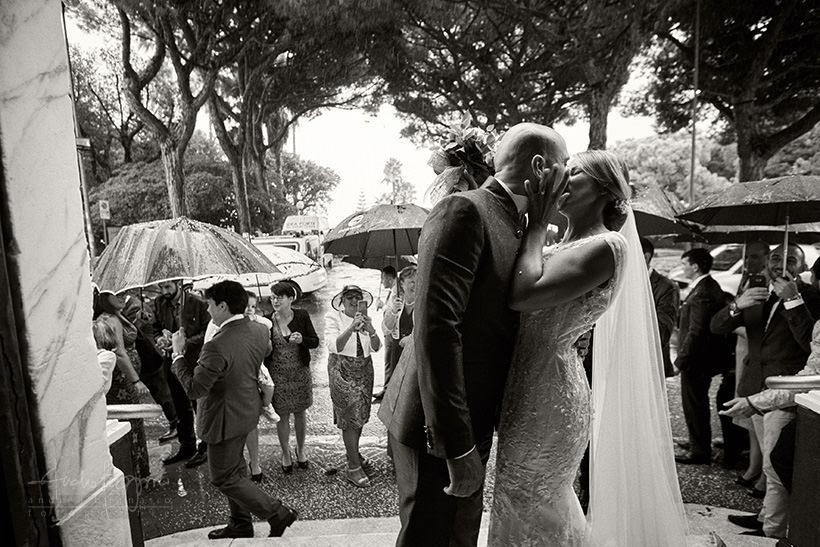 bacio sposi matrimonio con pioggia