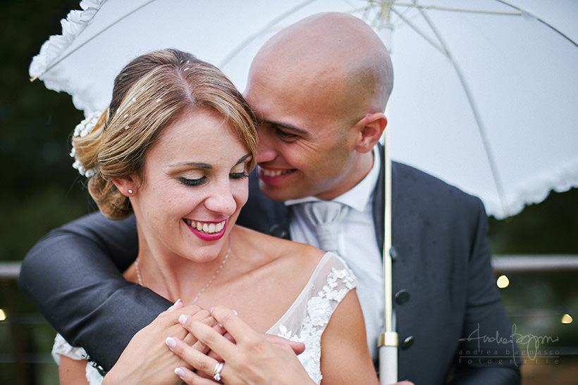 ritratto sposi matrimonio con pioggia