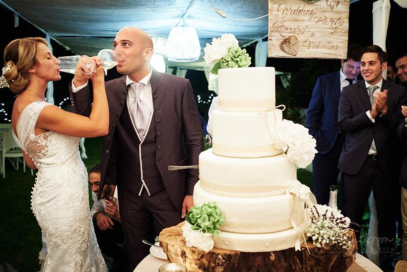 taglio torta matrimonio con pioggia