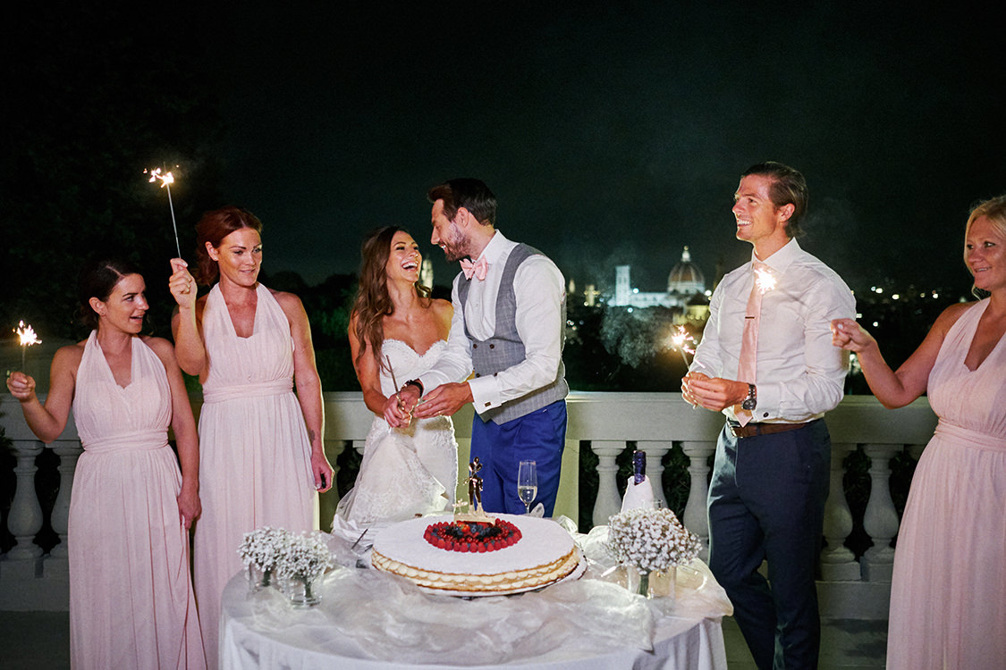 cake cutting villa la vedetta wedding