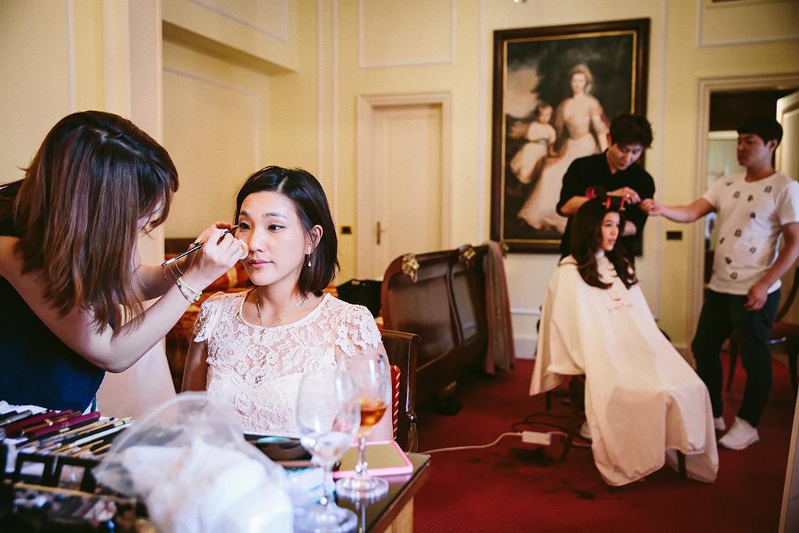 bride getting ready in villa d'este