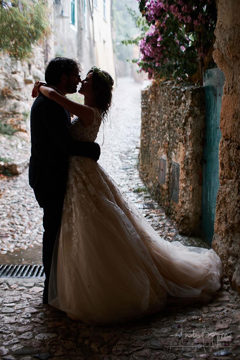ritratto sposi con pioggia
