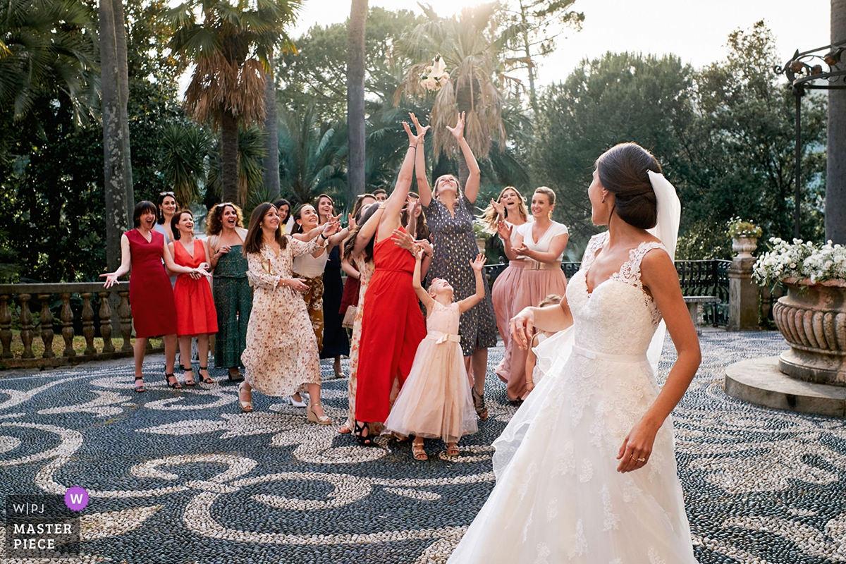 bouquet toss in Villa Durazzo