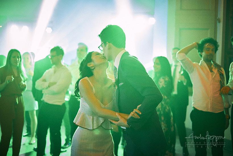 bacio sposi DJ set matrimonio villa medicea di Lilliano