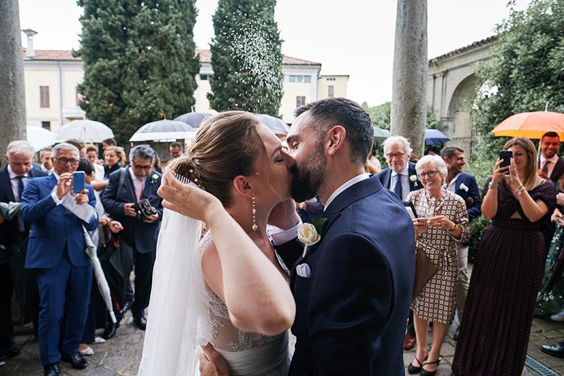 bacio sposi matrimonio tenuta castello cerrione