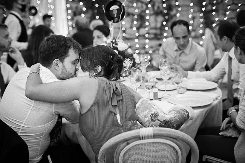 bacio tra invitati matrimonio la ginestra